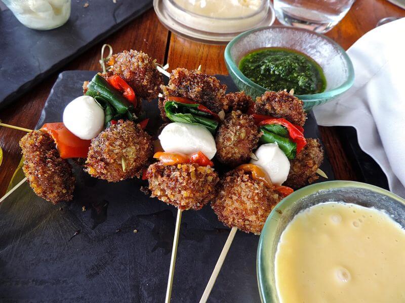 Kebab de cogumelos com pimenta e espinafre, servido com aioli Foto: magari blu